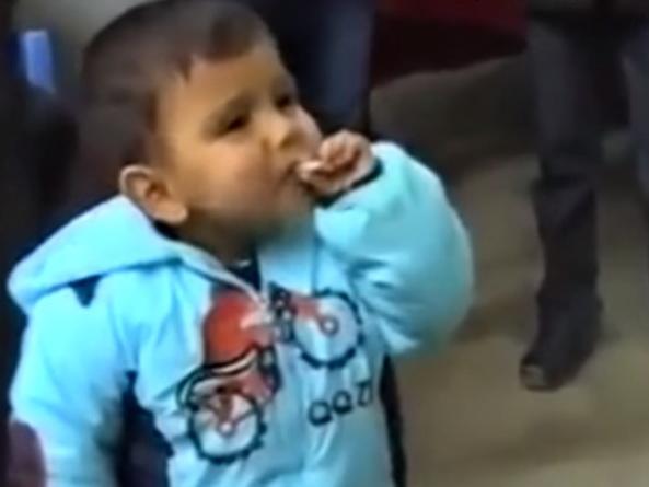 Курящий мальчик: почему некоторые родители в Азербайджане толкают своих детей на абсурдные поступки? – ВИДЕО
