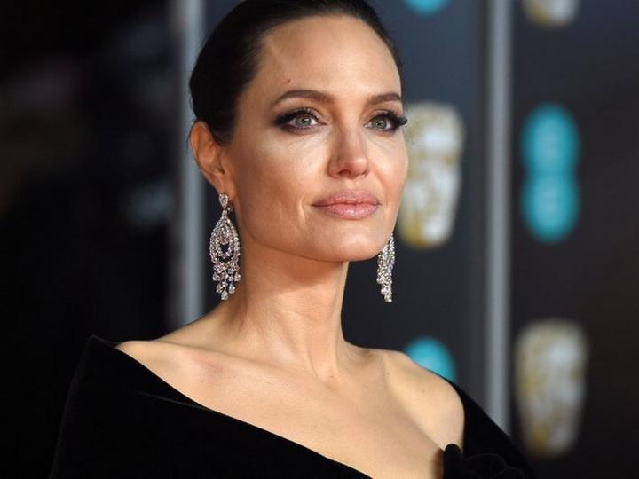 СМИ: Анджелина Джоли тайно обручилась с миллиардером