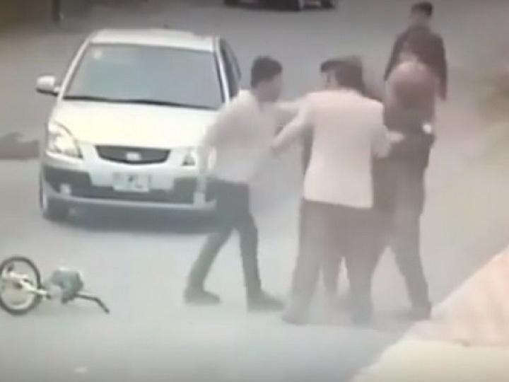 В Баку водитель сбил ребенка и набросился с кулаками на пожилого мужчину – ВИДЕО
