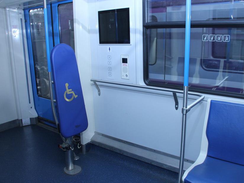 Во всех вагонах Бакметрополитена выделят места для лиц с ограниченными физическими возможностями - ФОТО