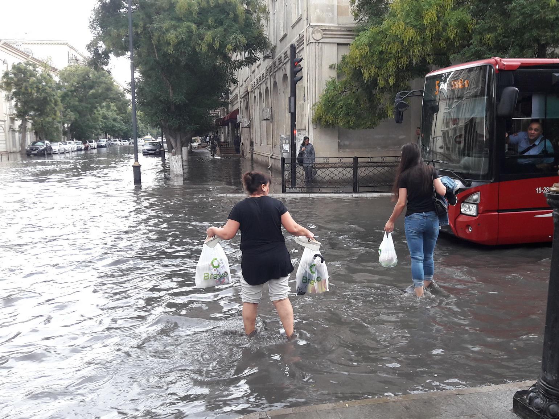 ИВ Баку: Коллекторы «Азерсу» не справились с большим объемом дождевой воды