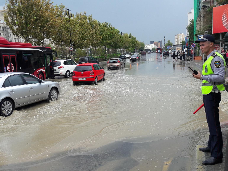Ливень в Баку привел к осложнениям в движении автотранспорта