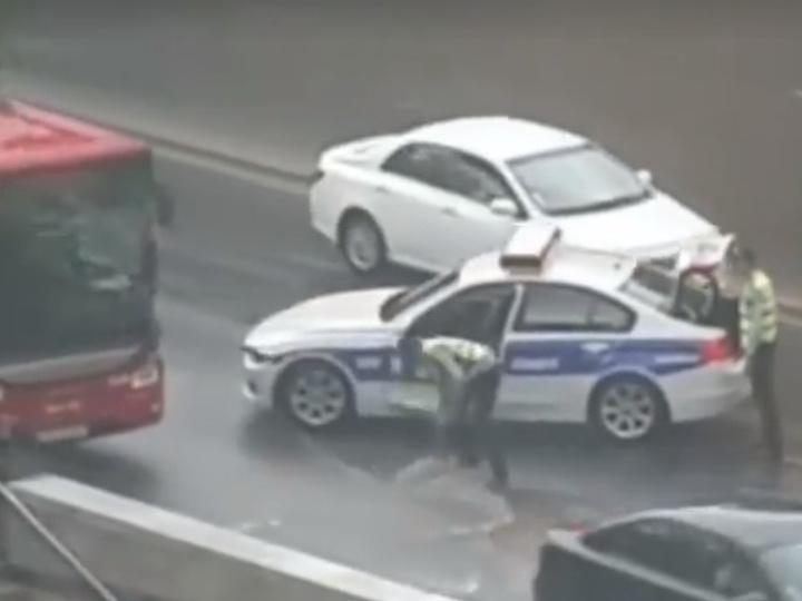 Неравная «схватка»: В Баку инспектор Дорожной полиции мужественно пытался противостоять потоку дождевой воды – ВИДЕО