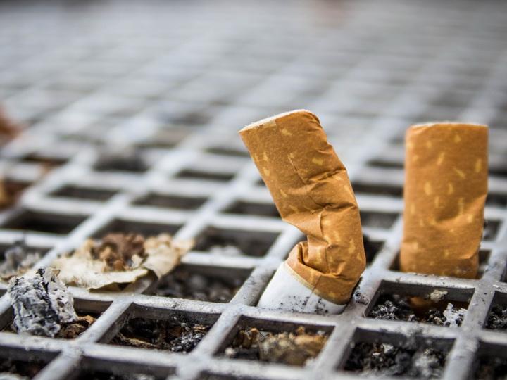 За разбрасывание окурков и пачек из-под сигарет предусмотрен штраф в 50 манатов