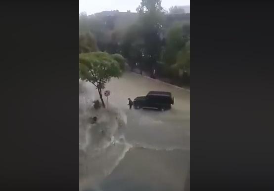 """Bakıda selə düşən şəxsi """"Gelandewagen""""in sürücüsü belə xilas etdi – VİDEO"""