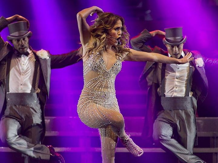 Дженнифер Лопес упала на сцене во время концерта – ВИДЕО