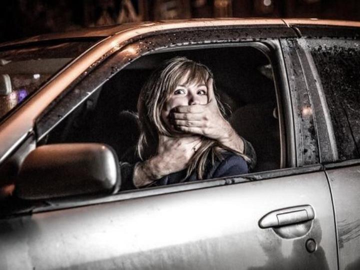 Rusiyada azərbaycanlı taksi sürücüsü maşında yatan sərnişini zorlayıb
