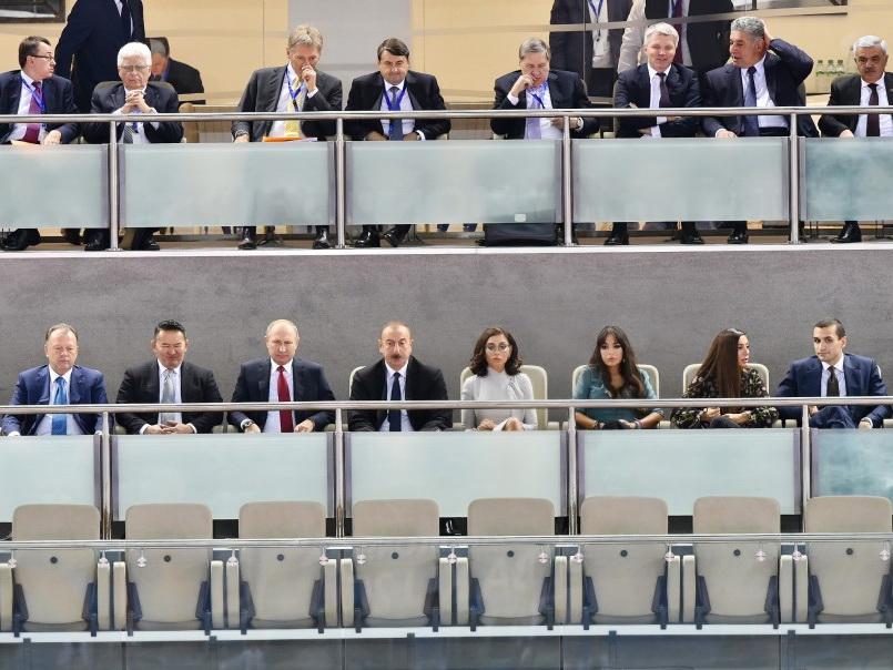 Президенты Азербайджана, России и Монголии наблюдают за соревнованиями смешанных команд на Чемпионате мира по дзюдо