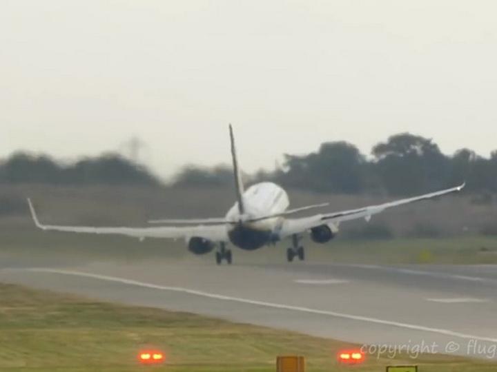 На видео попал экстремальный взлет самолета при мощном шторме - ВИДЕО