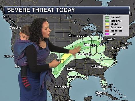 Ведущая прогноза погоды вышла в эфир со спящим ребенком в слинге – ФОТО – ВИДЕО