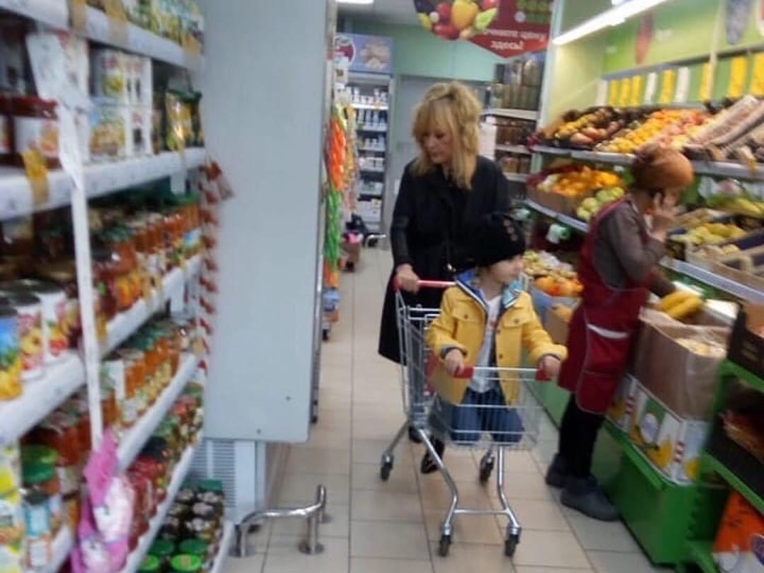 Алла Пугачева покупает продукты в дешевом супермаркете – ФОТО