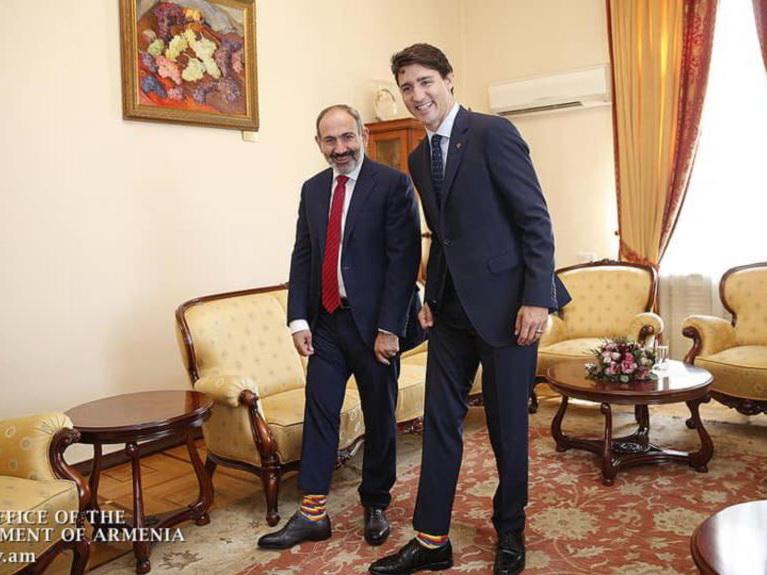 Носки в цветах армянского флага: Пашиняна назвали идиотом за подарок Трюдо - ФОТО - ВИДЕО