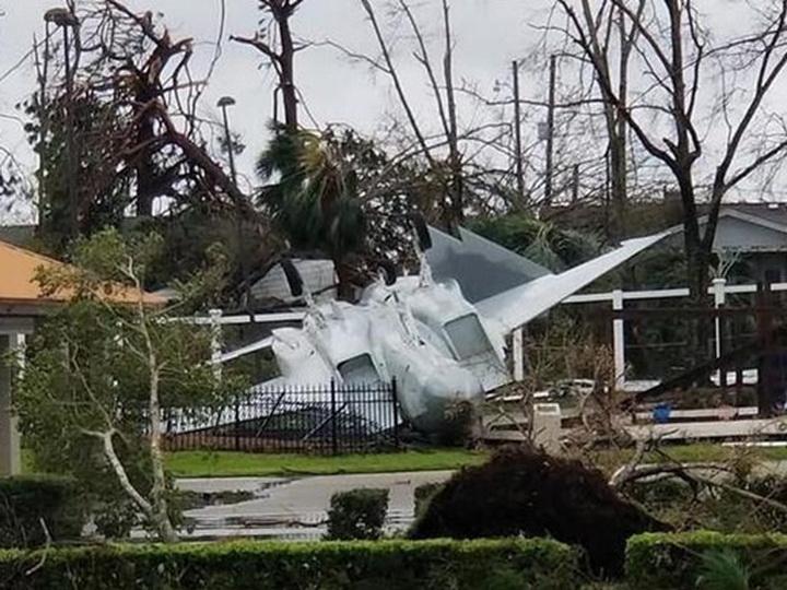 В США ураган уничтожил 22 истребителя – ВИДЕО