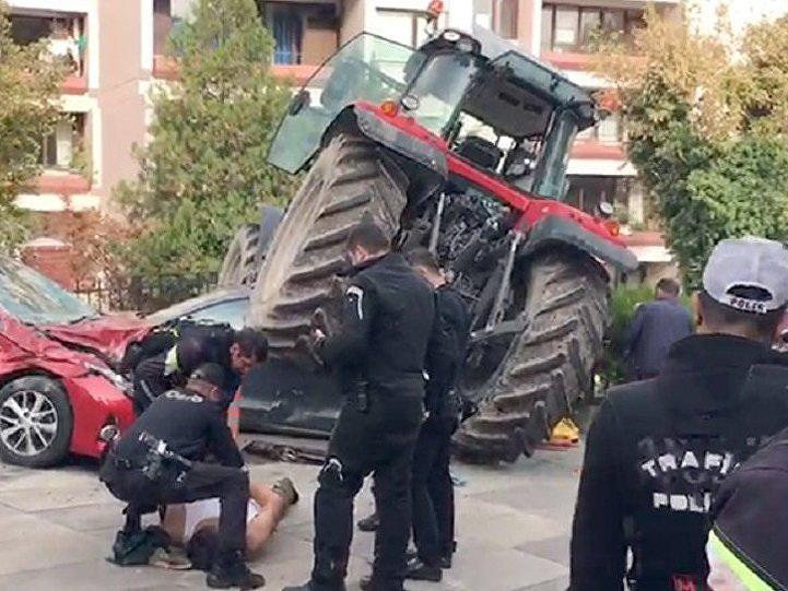 Паника в Анкаре: Мужчина на тракторе пытался протаранить здание парламента – ФОТО – ВИДЕО
