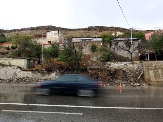 Минэкологии: На дороге к Биби-Эйбату откололись облицовочные плиты. Но не из-за оползня