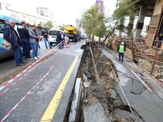 В центре Баку обвалился тротуар - ФОТО