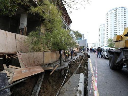 После проседания асфальта в Баку от гибели спасли несколько редких деревьев