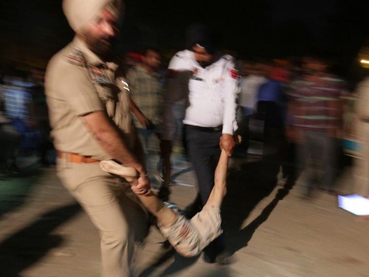 Поезд протаранил людей в Индии: число жертв перевалило за 50