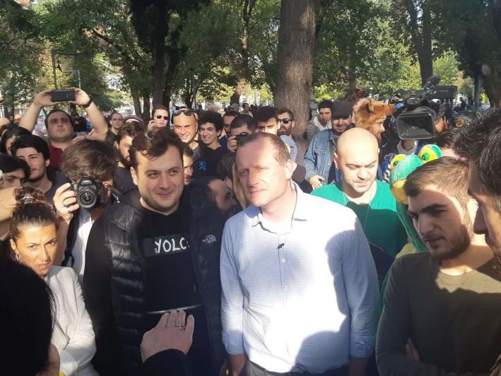 Кандидат в президенты Грузии раздал «косяки», и его задержала полиция - ВИДЕО