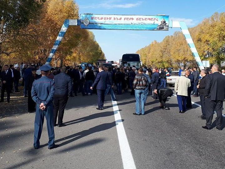 В Армении родственники полицейских, арестованных за пытки, перекрыли дорогу с требованием их освобождения