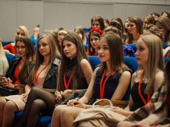 В бакинском вузе девушкам запретили ходить на высоких каблуках?