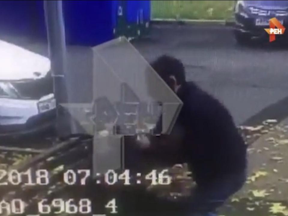 Камера видеонаблюдения сняла, как преступник «изрешетил» мужчину ножом - ВИДЕО