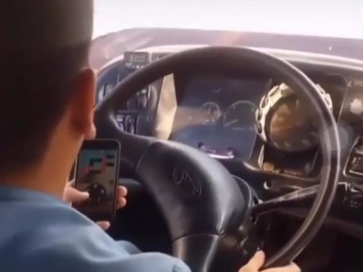 Bakıda biabırçılıq:Telefonda oyun oynaya-oynaya sərnişin avtobusunu sürür -VİDEO