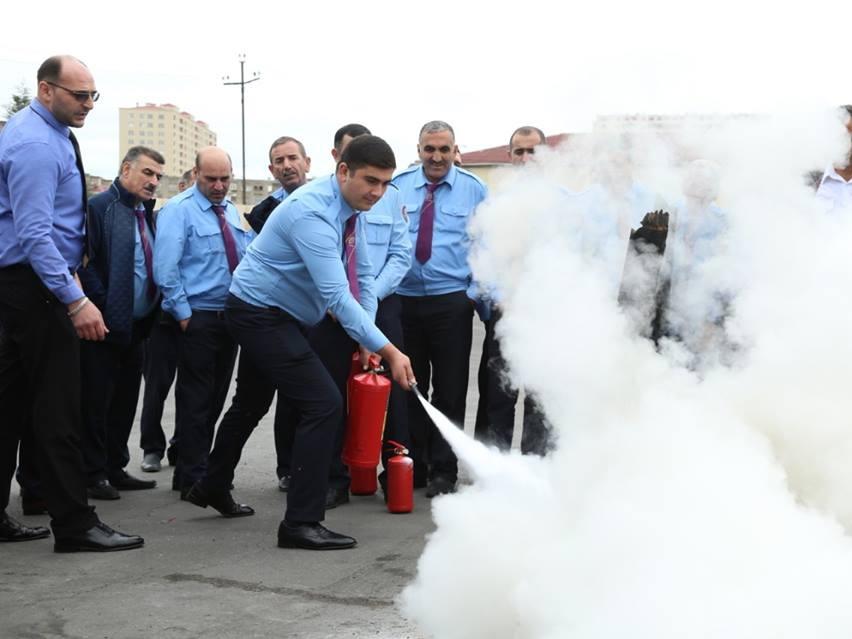 Водители бакинских автобусов учатся тушить пожары – ФОТО