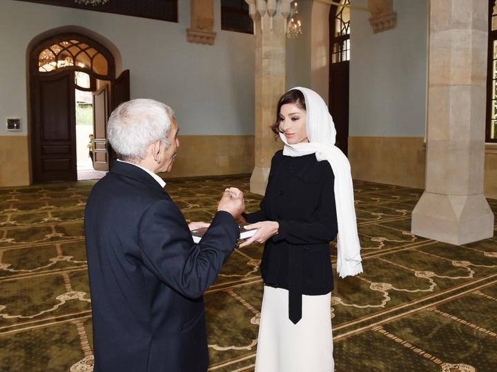 Мехрибан Алиева посетила мечеть и получила Коран в подарок - ФОТО