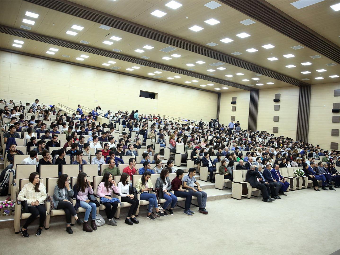В Бакинской Высшей школе нефти показали фильма «Насими»