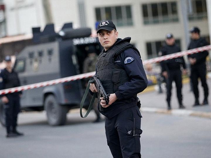 В Турции сбежавший из тюрьмы мужчина ранил ножом девять человек