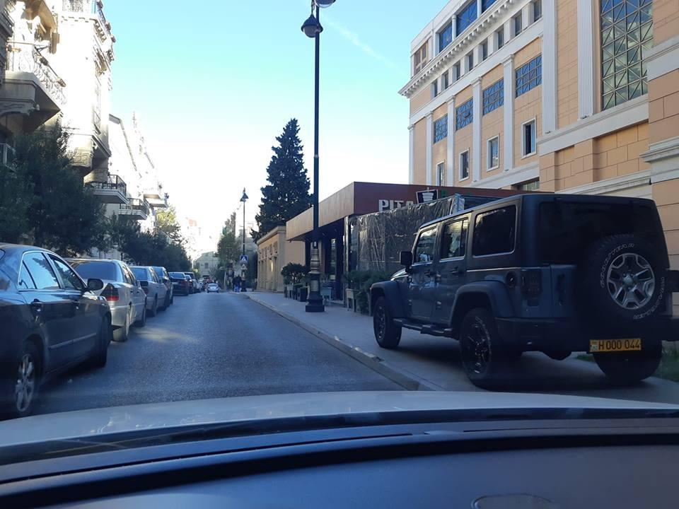 «Спасибо, что оставила проход»: Машина, припаркованная на тротуаре, возмутила пользователей Facebook - ФОТО