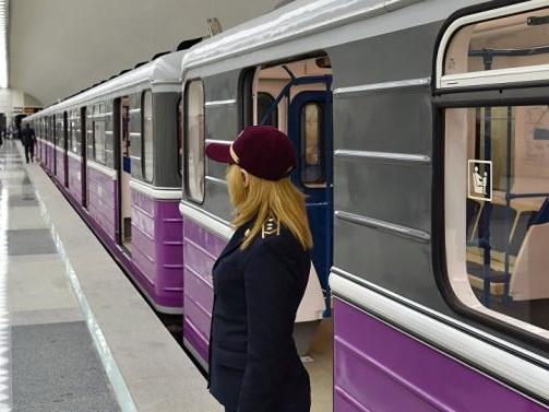 Один из составов Бакметрополитена застрял на станции, пассажиров высадили