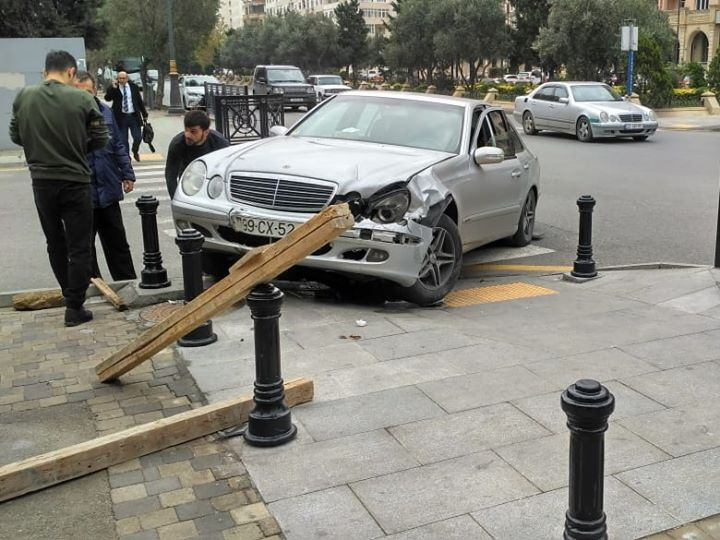 В Баку барьеры спасли пешеходов от выехавшего на тротуар после ДТП автомобиля – ФОТО