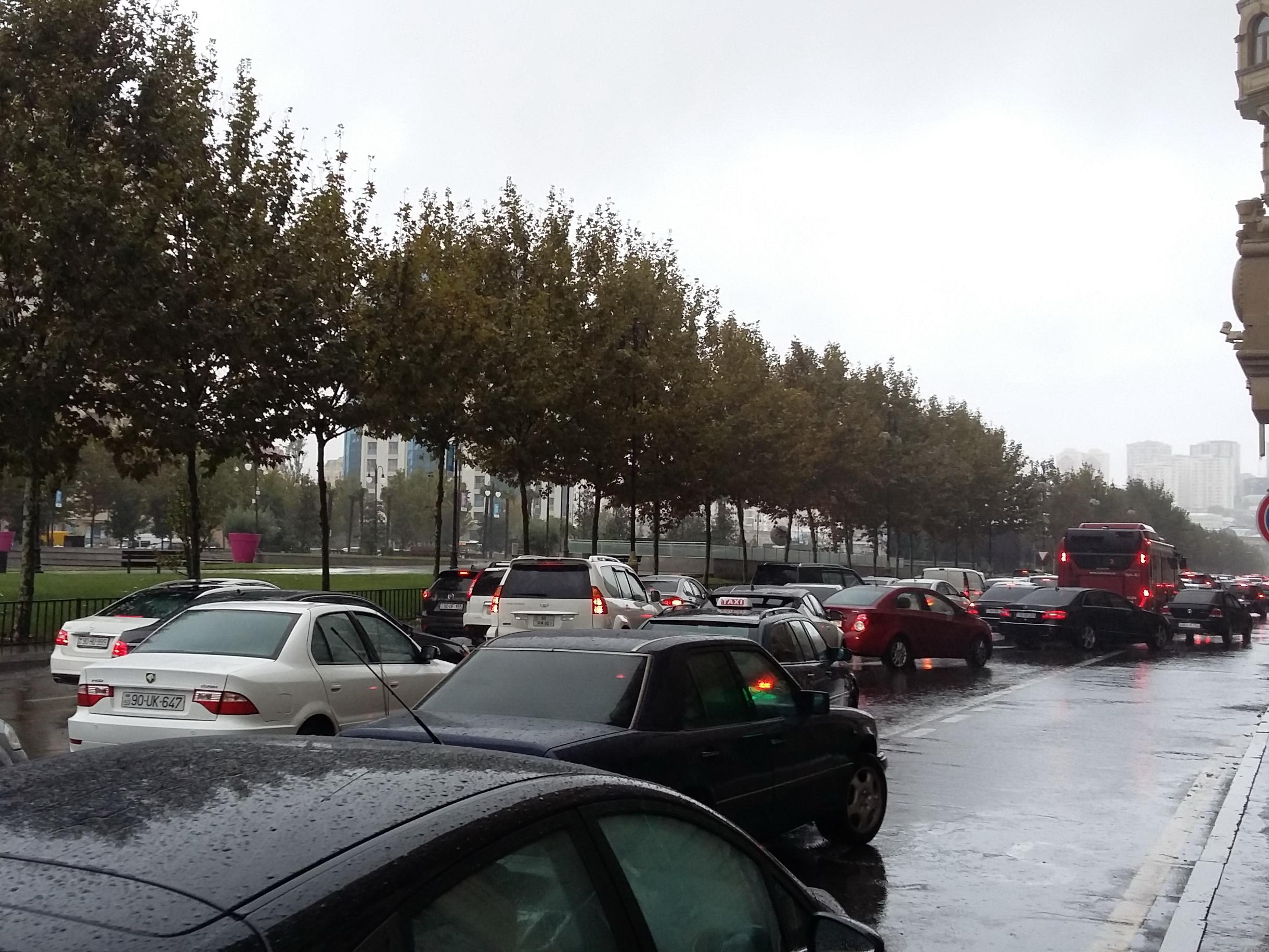 Движение по одной из центральных улиц Баку парализовано - ФОТО
