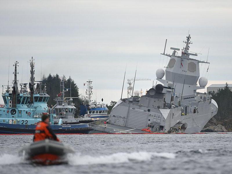 Hərbi gəmi tankerlə toqquşdu, batmağa başladı – VİDEO – FOTO
