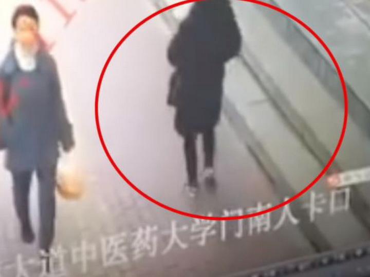 В Китае женщина провалилась под тротуар - ВИДЕО