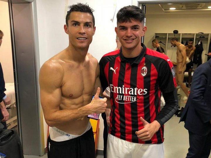 Футболист «Милана» сфотографировался с Роналду. На заднем фоне оказался Кьеллини без нижнего белья – ФОТО
