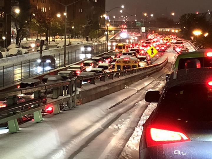 Снегопад парализовал движение транспорта в Нью-Йорке