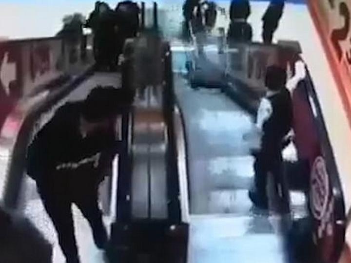 Мальчик столкнул с эскалатора младшего брата, который сидел в тележке - ВИДЕО