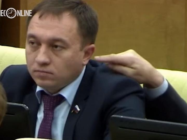 Депутат попытался засунуть палец в ухо коллеге - ВИДЕО