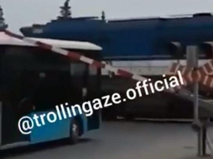В Баку автобус маршрута №160 вновь создал опасную ситуацию, выехав на железнодорожный переезд – ВИДЕО