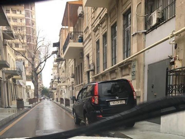 Неисправимые: Водители Баку продолжают влезать на тротуары – ФОТОФАКТ