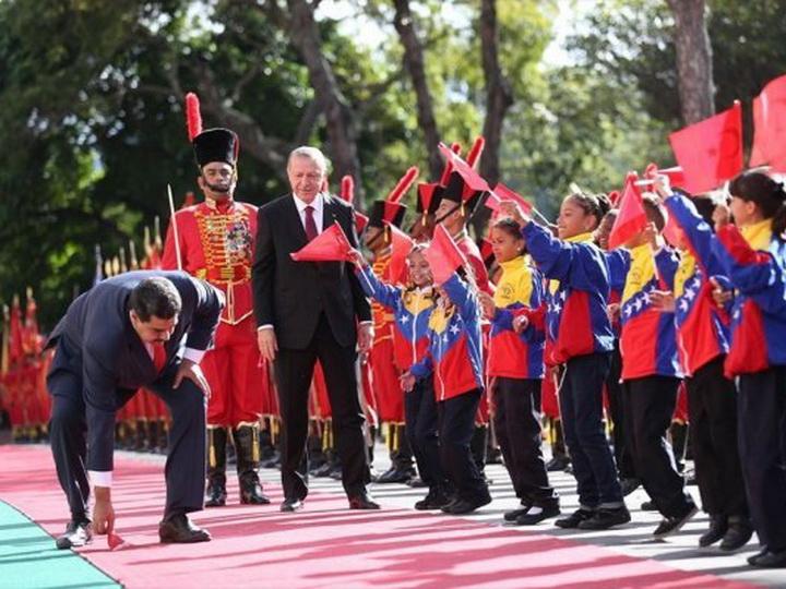 Жест уважения: Президент Венесуэлы поднимает с земли упавший турецкий флаг – ВИДЕО