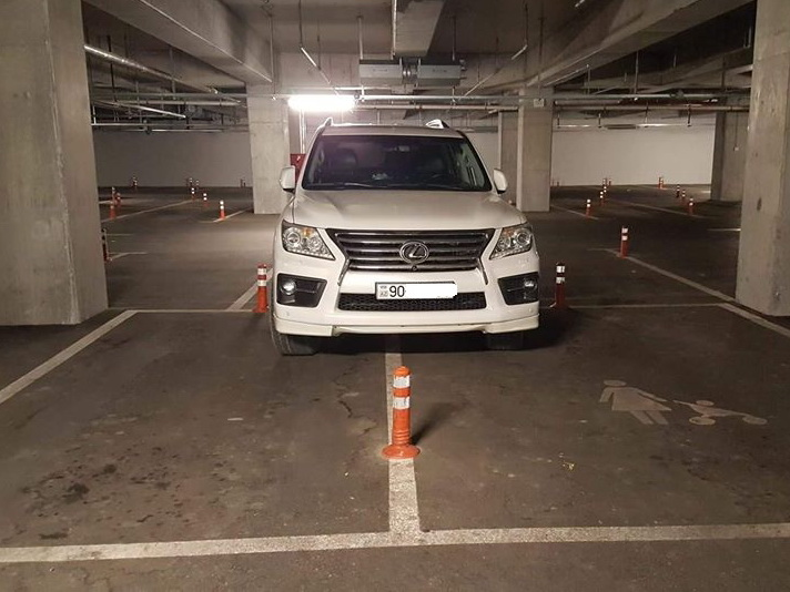 Внедорожник занял на парковке в Баку места 3 автомобилей – ФОТО
