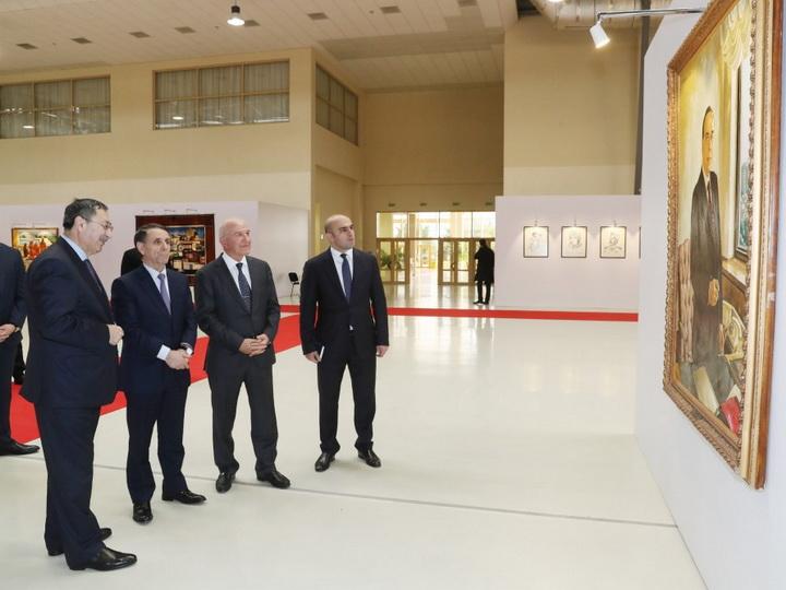 Премьер-министр Новруз Мамедов ознакомился с выставкой, посвященной 90-летнему юбилею народного художника Таира Салахова - ФОТО