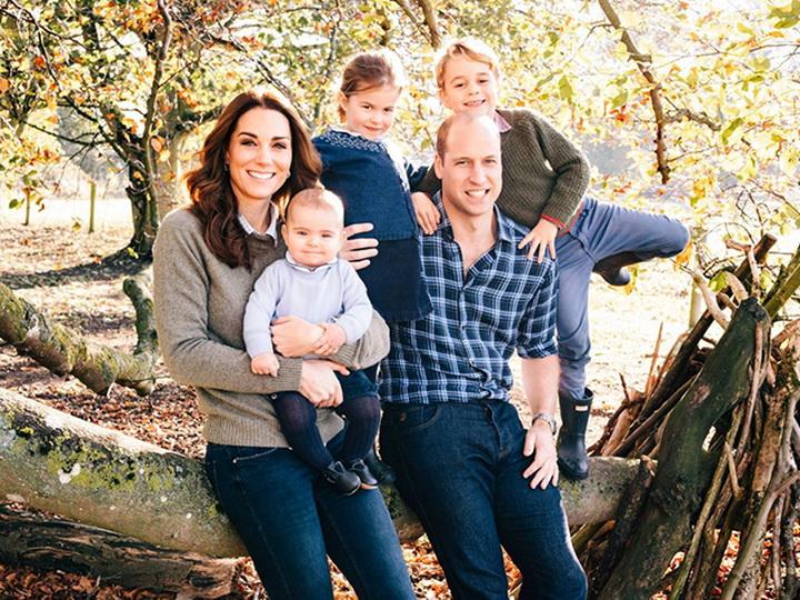 Рождественские открытки британской королевской семьи - ФОТО