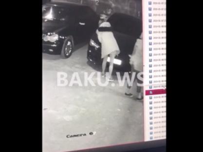 В Баку девушка в мини-юбке поцарапала капот AUDI гвоздем – ВИДЕО