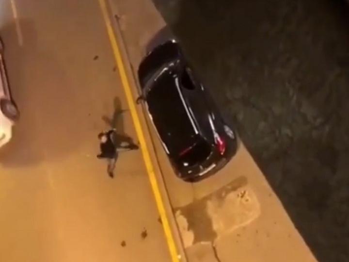 Шокирующий инцидент: Мужчина в Баку разбил стекло автомобиля и атаковал офис компании - ВИДЕО