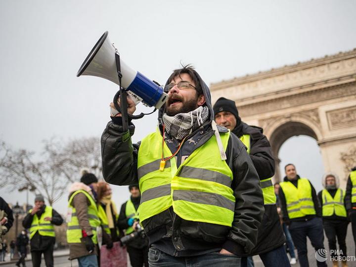 «Желтые жилеты» собрались на девятую акцию протеста в Париже